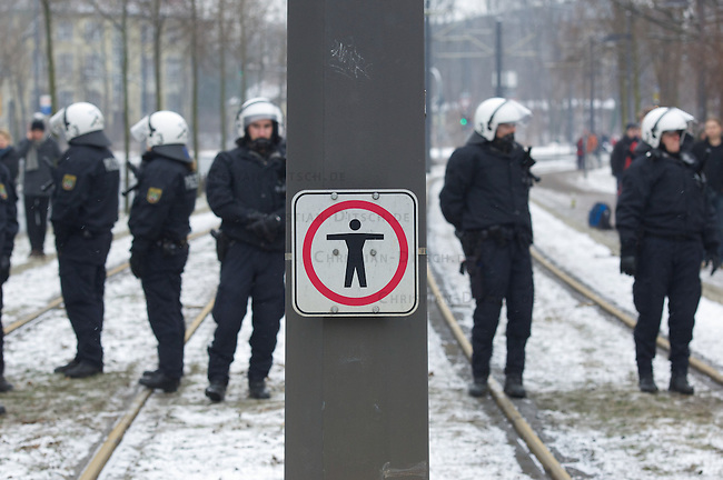 Mehrere tausend Antifaschiten verhinderten am Samstag den 19. Februar 2011 mit Blockaden erfolgreich einen Aufmarsch vor Neonazis aus ganz Europa. An den Protesten und Blockaden beteiligten sich verschiedene Linke Gruppen und Organisationen sowie Bundestags- und Landtagsabgeordnete der SPD und Linkspartei.<br /> Die Neonazis versammeln sich seit mehreren Jahren in Dresden um angeblich der Opfer des Bombardierung der Stadt im Zweiten Weltkrieg zu gedenken. Im Jahre 2010 wurde erstmals erfolgreich der Aufmarsch verhindert.<br /> 19.2.2010, Dresden<br /> Copyright: Christian-Ditsch.de<br /> [Inhaltsveraendernde Manipulation des Fotos nur nach ausdruecklicher Genehmigung des Fotografen. Vereinbarungen ueber Abtretung von Persoenlichkeitsrechten/Model Release der abgebildeten Person/Personen liegen nicht vor. NO MODEL RELEASE! Don't publish without copyright Christian-Ditsch.de, Veroeffentlichung nur mit Fotografennennung, sowie gegen Honorar, MwSt. und Beleg. Konto:, I N G - D i B a, IBAN DE58500105175400192269, BIC INGDDEFFXXX, Kontakt: post@christian-ditsch.de]