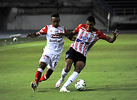 BARRANQUILLA - COLOMBIA, 27-03-2021: Gabriel Fuentes de Atletico Junior y Jersson Gonzalez de Independiente Santa Fe disputan el balon durante partido entre Atletico Junior e Independiente Santa Fe de la fecha 15 por la Liga BetPlay DIMAYOR I 2021 jugado en el estadio Metropolitano Roberto Melendez de la ciudad de Barranquilla. / Gabriel Fuentes of Atletico Junior and Jersson Gonzalez of Independiente Santa Fe battle for the ball during a match between Atletico Junior and Independiente Santa Fe of the 15th date for BetPlay DIMAYOR I 2021 League played at the Metropolitano Roberto Melendez Stadium in Barranquilla city. / Photo: VizzorImage / Jesus Rico / Cont.