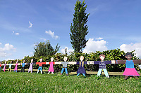Nederland Almere  2018.  Belevingstuin bij Sterrenschool De Ruimte in Almere Poort. Om de tuin heen staat een lint van geschilderde kinderen. Deze poppetjes zijn door de kinderen onder leiding van kunstenares Wanda van Koningsveld beschilderd en vormen een kring van bescherming rond de belevingstuin.  Foto mag niet in negatieve context worden gepubliceerd.  Foto Berlinda van Dam / Hollandse Hoogte