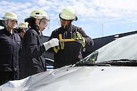 4. Erlebnistag der Feuerwehr Gross-Gerau<br /> Gruppenführer Steven Ternes erklärt Nancy Bosse das Vorgehen beim Aufschneiden eines Autos<br /> Foto: Vollformat/Marc Schüler, Schäfergasse 5, 65428 Rüsselsheim, Fon 0151/11654988, Bankverbindung Kreissparkasse Gross Gerau BLZ. 50852553 , KTO. 16003352. Alle Honorare zzgl. 7% MwSt.