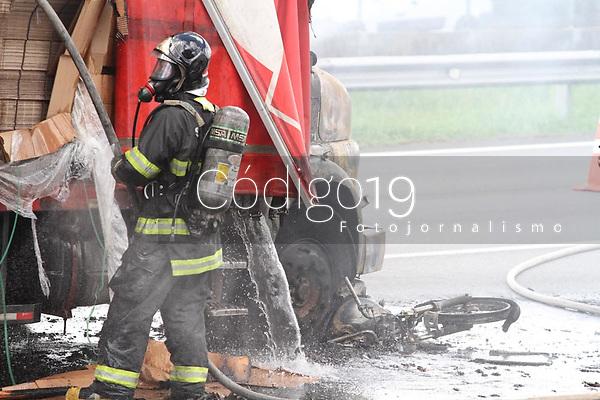 CAMPINAS, SP, 12.03.2019: ACIDENTE-SP - Um acidente envolvendo um caminhão carregado com papelão e uma moto terminou em incêndio nos dois veículos no km 102 da rodovia Anhanguera em Campinas. A moto se chocou com o caminhão que a arrastou e houve a explosão do tanque, o motorista do caminhão e o condutor da moto tiveram ferimentos leves. (Foto: Luciano Claudino/Código19)