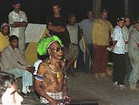 """Õndio KaiapÛ vigia os pescadores sequestrados ao invadir suas terras no sul do Par· durante uma pescaria. Os Ìndios exigem umna nova demarcaÁ""""o em suas terras .<br /> Foto Raimundo PacÛ/O Liberal/Interfoto<br /> 03/08/2000"""