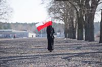 Mehrere hundert Menschen kamen zur Feierlichkeit anlaesslich des 70. Jahrestages der Befreiung des Frauen-Konzentrationslagers Ravensbrueck, unter ihnen auch die Bundesminsiterin fuer Bildung, Johanna Wanka. Von den ueber 120.000 Frauen und 20.000 Maennern, die im Nationalsozialismus in dem Konzentrationslager inhaftiert waren leben 70 Jahre nach der Befreiung durch die Rote Armee nur noch 160. Viele der Ueberlebenden waren u.a. aus Frankreich, Norwegen, Polen, Spanien, Slovakei und Italien angereist.<br /> Im Anschluss an die offiziellen Reden wurden Kraenze am Manhmal am Schwedter See niedergelegt. In dem See wurde in der NS-Zeit die Asche der ermordeten gekippt.<br /> Im Bild: Eine Nonne aus Polen mit polnischer Nationalflagge geht ueber das ehemalige Lagergelaende.<br /> 19.4.2015, Ravensbrueck/Brandenburg<br /> Copyright: Christian-Ditsch.de<br /> [Inhaltsveraendernde Manipulation des Fotos nur nach ausdruecklicher Genehmigung des Fotografen. Vereinbarungen ueber Abtretung von Persoenlichkeitsrechten/Model Release der abgebildeten Person/Personen liegen nicht vor. NO MODEL RELEASE! Nur fuer Redaktionelle Zwecke. Don't publish without copyright Christian-Ditsch.de, Veroeffentlichung nur mit Fotografennennung, sowie gegen Honorar, MwSt. und Beleg. Konto: I N G - D i B a, IBAN DE58500105175400192269, BIC INGDDEFFXXX, Kontakt: post@christian-ditsch.de<br /> Bei der Bearbeitung der Dateiinformationen darf die Urheberkennzeichnung in den EXIF- und  IPTC-Daten nicht entfernt werden, diese sind in digitalen Medien nach §95c UrhG rechtlich geschuetzt. Der Urhebervermerk wird gemaess §13 UrhG verlangt.]