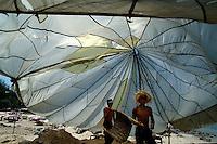 Fallschirm als Sonnenschutz bei Vubgtau, Vietnam
