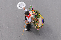 MEDELLÍN -COLOMBIA-11-08-2013. Aspecto del desfile de sielleteros número 56 realizado por las calles de la ciudad como parte de la Feria de las Flores 2013 en Medellín, Colombia./ Aspect of the silleteros parade number 56  made  by the city streets as a part of the Flower Fair 2013 in  Medellin, Colombia.  Photo:VizzorImage/Luis Ríos/STR