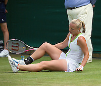 28-06-12, England, London, Tennis , Wimbledon,    Kiki Bertens falls
