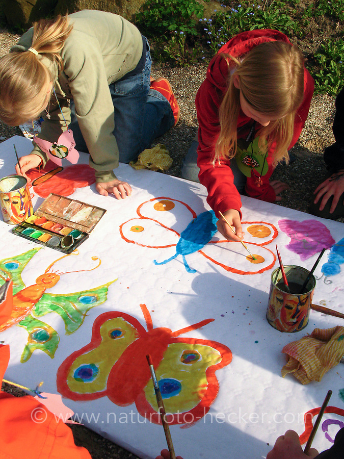 """Kindergeburtstag unter dem Motto """"Schmetterlinge"""", Geburtstagsfeier, Mottogeburtstag, Schmetterlingsfest. Kinder malen gemeinsam Phantasie-Schmetterlinge auf eine große Leinwand"""