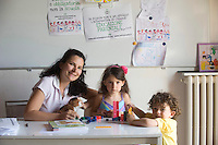 homeschooling, educazione parentale, educazione domestica.Erika De Martino con due dei suoi figli.