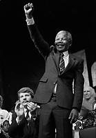 Nelson Mandela en visite a Montreal, 2 juin 1990.<br /> On remarque le Maire Jean Dore en arriere plan.<br /> <br /> PHOTO : Pierre Roussel