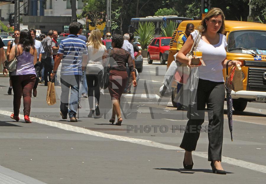 SAO PAULO, SP, 18 JANEIRO 2013 - CLIMA TEMPO SP -  Sol forte e temperatura em elevacao na Av Paulista regiao central da cidade nessa sexta, 18 (FOTO: LEVY RIBEIRO / BRAZIL PHOTO PRESS)