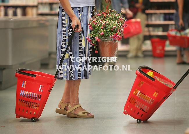 Wageningen, 140606<br /> C1000 in winkelcentrum 'de Tarthorst' heeft winkelmandjes op wieletjes.<br /> Foto: Sjef Prins - APA Foto