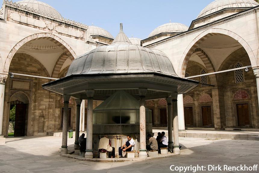 Türkei, Hof der Sehzade Camii (Moschee) im Stadtteil Laleli in Istanbul, erbaut im 16. Jh von Sinan