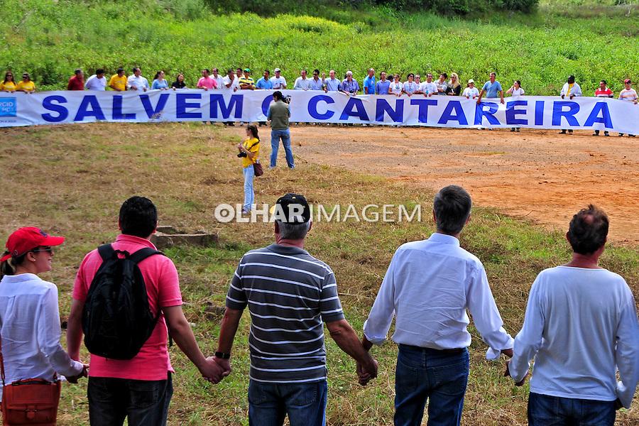 Manifestaçao contra a falta de agua do Sistema Cantareira no leito seco do Reservatorio Jacarei. Piracaia. Sao Paulo. 2014. Foto de Marcia Minillo.
