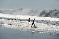 Spanien, Kanarische Inseln, Fuerteventura, Strand von El Cotillo, Surfer