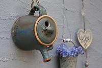 Eine Teekanne wird umgebaut zum Nistkasten, Vogelnistkasten, Meisenkasten, Deko, Dekoration. Upcycling, Bastelei.