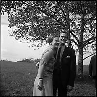 Dans le Lot. 12-16 Octobre 1966. Vue du couple princier du Danemark posant dans la campagne lotoise.