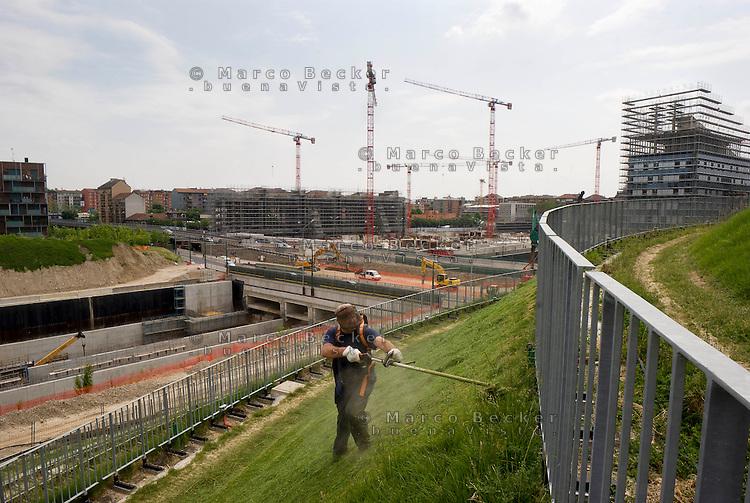 milano il nuovo parco al quartiere portello e il cantiere per la metropolitana linea 5 --- milan, the new park at portello district and the construction site for the subway line 5
