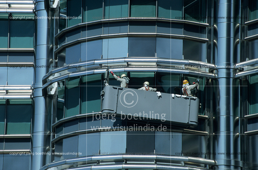 MALAYSIA, Kuala Lumpur, twin towers Petronas Tower, window cleaner at work / MALAYSIA, Kuala Lumpur, Zwillingstuerme Petronas Tower, Fensterputzer bei der Arbeit