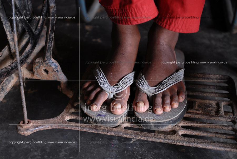 INDIA, child labour, girl works at sewing machine in cottage industry / INDIEN, Kinderarbeit, Maedchen arbeitet an Naehmaschine in Heimarbeit
