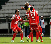MANIZALES  -COLOMBIA. 19-NOVIEMBRE-2014. Omar Perez (Der) de  Independiente Santa Fe  celebra su gol contra el Once Caldas   partido de los cuadrangulares semifinales  fecha 2 de La Liga Postobon 2014- II jugado en el estadio Palogrande . / Omar Perez (R)  of Independiente Santa Fe  celebrates his goal against  of  Once Caldas   Party runs semifinals 2th dated 2014-2 of  Liga Postobon  played in the stadium Palogrande:  VizzorImage / Santiago Osorio / Stringer