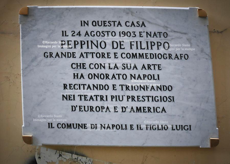 - NAPOLI 22 OTT 2014 -  Via Ascensione 8. Il palazzo con la targa per Peppino De Filippo.