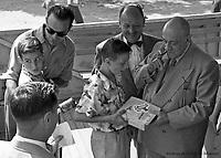 Au parc Belmont : les grands gagnants, récompensés par le maire Camillien Houde. Le pistolet atomique est à l'honneur. Pique-nique annuel des enfants, organisé par la Ville de Montréal. Juillet 1953.