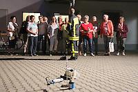Goddelau 07.09.2016: Landfrauen besichtigen die Goddelauer Feuerwehr<br /> Tim Steinmann erklärt den Landfrauen die Demonstration des Fettbrands<br /> Foto: Vollformat/Marc Schüler, Schäfergasse 5, 65428 R'eim, Fon 0151/11654988, Bankverbindung KSKGG BLZ. 50852553 , KTO. 16003352. Alle Honorare zzgl. 7% MwSt.