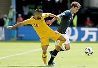 KAZAN - RUSIA, 16-06-2018: Aziz BEHICH jugador de Australia disputa el balón con Benjamin PAVARD jugador de Francia durante partido de la primera fase - Grupo C, Kazan Arena en Kazán como parte de la Copa Mundo FIFA 2018 Rusia. / Aziz BEHICH player of Australia vies for the ball with Benjamin PAVARD player of France during match of the first stage - Group C, Kazan Arena in Kazan as part of the 2018 FIFA World Cup Russia. Photo: VizzorImage / Julian Medina / Cont