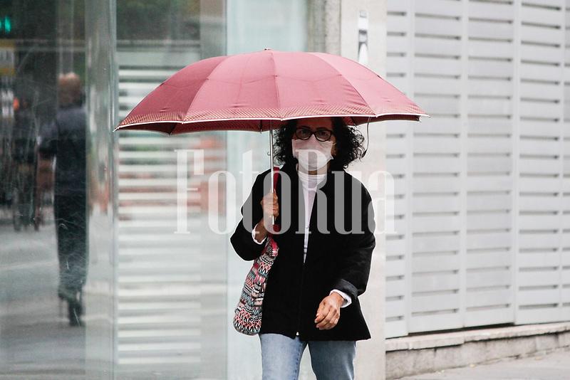 SÃO PAULO, SP, 21.09.2020: CLIMA-FRIO-AV-PAULISTA-SP - Pessoas se protegem do clima frio e da garoa na Avenida Paulista, na região central de São Paulo, nesta manhã de segunda-feira, 21. As primeiras horas da manhã seguem com céu encoberto e sensação de frio. A temperatura mínima prevista para hoje é de 15° C e a máxima não deve ultrapassar a marca dos 17°C. As chuvas serão intermitentes, com fraca intensidade, e devem se manter ao longo do dia com essas características. As taxas de unidade se mantêm elevadas e acima dos 65%. (Foto: Fábio Vieira/FotoRua)