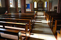 Germany, Hamburg, Corona crisis, empty catholic church on Good Friday during Easter / leere Katholische Kirche in der Osterzeit