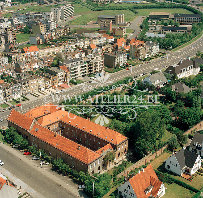 Juni 1990. Klooster en kerk van de Zusters Karmelitessen in Blankeberge.