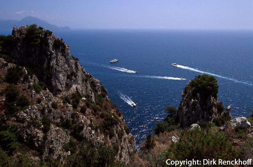 Italien, Capri, Blick vom Pizzolungo-Wanderweg nahe der Faraglioni-Felsen