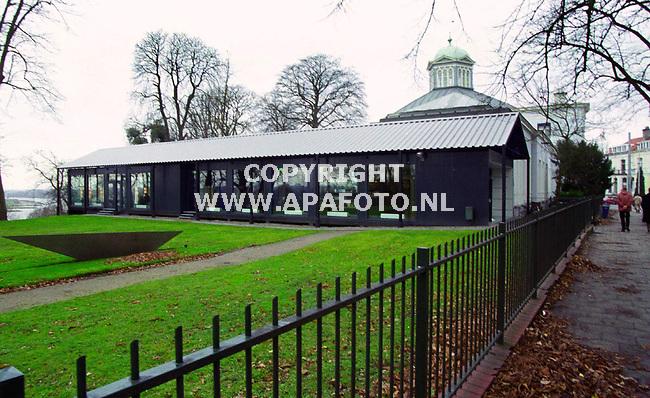 Arnhem,08-12-99  Foto; Koos Groenewold (APA-Foto)<br />Vrijblijvend voor Cobouw.<br /><br />Op donderdag 9 december a.s. wordt om 17.00 u de nieuwe vleugel van het Museum voor Moderne Kunst Arnhem geopend door de wethouder van cultuur Jansje Bouwman.<br />De nieuwe vleugel is ontworpen door architect Hubert Jan Henket en bestaat uit 12 prefab units met hierover heen een losstaande overkapping op zuilen.In de vleugel bevindt zich de entree tot het museum,de hernieuwde museumwinkel en het nieuwe museumcafe.<br />omdat het museum zeer waarschijnlijk zal verhuizen naar het te ontwikkelen cultuurkwartier ` Paradijs` in de Arnhemse binnenstad en de voormalige publieksruimten absoluut onvoldoende waren om de bezoekers adequaat op te kunnen vangen , is gekozen voor een semi-permanente oplossing voor de komende 10 jaar.<br />De losse overkapping zorgt ervoor dat ook in de zomer de temperatuur aangenaam blijft.Het project heeft in totaal F 860000,- gekost.