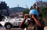 Sarajevo / Bosnia / BIH 1994.Casco blu del contingente francese dell'UNPROFOR guarda verso le postazioni dell'esercito serbo bosniaco.Blue helmet of UNPROFOR french contingent monitoring the bosnian serb positions.Photo Livio Senigalliesi