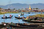 Myanmar, (Burma), Shan State, Inle Lake: Boats arriving at Nampan local market | Myanmar (Birma), Shan Staat, Inle See: ankommende Boote auf dem Nampan Markt