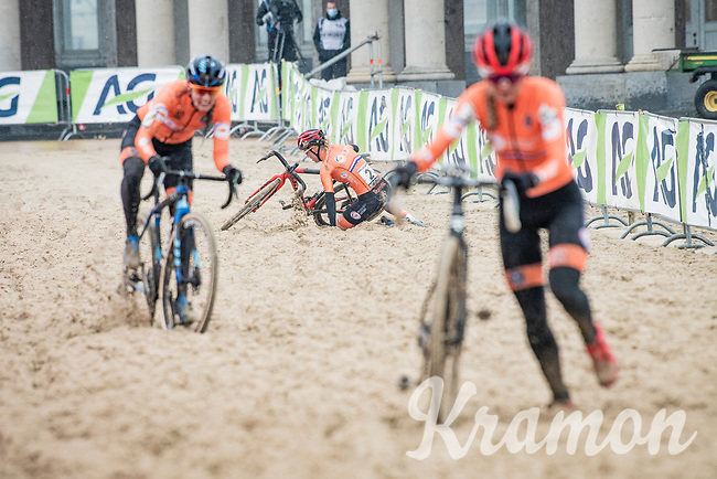Annemarie Worst (NED/777) crashes a first time just as she is about to connect with race leader Betsema<br /> <br /> UCI 2021 Cyclocross World Championships - Ostend, Belgium<br /> <br /> Women's Race<br /> <br /> ©kramon