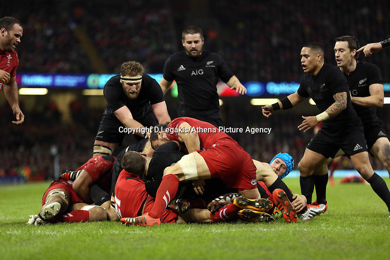 Pictured: Saturday 22 November 2014<br /> Re: Dove Men Series 2014 rugby, Wales v New Zealand at the Millennium Stadium, Cardiff, south Wales, UK.
