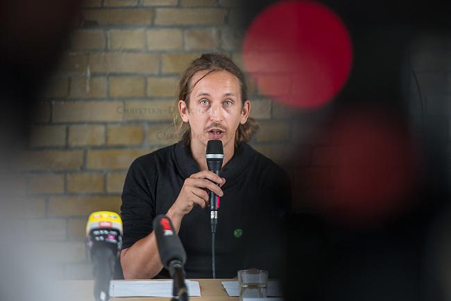 """Auf einer Pressekonferenz erklaerte die Umweltschutzorganisation Extinction Rebellion (XR) am Freitag den 12. Juni 2020 in Berlin ihre Ziele ihrer sog. """"Rebellionswelle"""" der Presse.<br /> Ab Montag den 15. Juni sollen zahlreiche Aktionen in ueber 40 deutschen Staedten stattfinden. Die Aktionen laufen unter dem Motto """"#WeiterSoWarGestern"""" und sollen sich an Konzerne, Regierungen und Lobbyverbaende richten. Aktionen des zivilen Ungehorsams sollen in allen Bundeslaendern stattfinden.<br /> Im Bild: Der XR-Aktivist Tino Pfaff.<br /> 12.6.2020, Berlin<br /> Copyright: Christian-Ditsch.de<br /> [NUR FUER REDAKTIONELLE ZWECKE! Werbung nur auf Anfrage beim Fotografen. Inhaltsveraendernde Manipulation des Fotos nur nach ausdruecklicher Genehmigung des Fotografen. Vereinbarungen ueber Abtretung von Persoenlichkeitsrechten/Model Release der abgebildeten Person/Personen liegen nicht vor. NO MODEL RELEASE! Don't publish without copyright Christian-Ditsch.de, Veroeffentlichung nur mit Fotografennennung, sowie gegen Honorar, MwSt. und Beleg. Konto: I N G - D i B a, IBAN DE58500105175400192269, BIC INGDDEFFXXX, Kontakt: post@christian-ditsch.de<br /> Bei der Bearbeitung der Dateiinformationen darf die Urheberkennzeichnung in den EXIF- und  IPTC-Daten nicht entfernt werden, diese sind in digitalen Medien nach §95c UrhG rechtlich geschuetzt. Der Urhebervermerk wird gemaess §13 UrhG verlangt.]"""