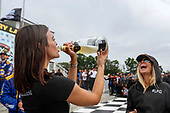 Alexander Rossi, Andretti Autosport Honda girlfriend Kelly Mossop drinks the victory champagne