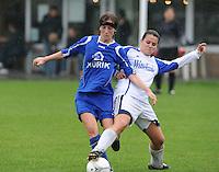 Famkes Merkem - DVC Zuid-West : Laurence Alderweirelt in duel met Emily Dehem.foto VDB / BART VANDENBROUCKE
