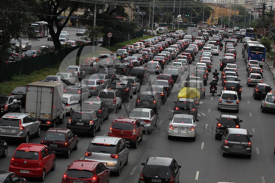 SAO PAULO, SP, 18 DE MARCO 2013, TRANSITO.  A Av. Tiradentes no bairro do Bom Retiro apresenta transito carregado na manha dessa Segunda-feira (18) no sentido do centro de Sao Paulo. FOTO: LUIZ GUARNIERI/ BRAZIL PHOTO PRESS.