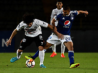 BOGOTÁ - COLOMBIA, 15-08-2018: Jhon Duque (Der.) jugador de Millonarios (COL), disputa el balón con Blas Cáceres (Izq.) jugador de General Díaz (PAR), durante partido de vuelta entre Millonarios (COL) y General Díaz (PAR), de la segunda fase por la Copa Conmebol Sudamericana 2018, en el estadio Nemesio Camacho El Campin, de la ciudad de Bogotá. / Jhon Duque (R) player of Millonarios (COL), figths for the ball with Blas Caceres (L) player of General Diaz (PAR), during a match of the second leg between Millonarios (COL) and General Diaz (PAR), of the second phase for the Conmebol Sudamericana Cup 2018 in the Nemesio Camacho El Campin stadium in Bogota city. VizzorImage / Luis Ramirez / Staff.