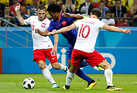 KAZAN - RUSIA, 24-06-2018: Maciej RYBUS (Izq) y Grzegorz KRYCHOWIAK (Der) jugadores de Polonia disputan el balón con Juan CUADRADO (C) jugador de Colombia durante partido de la primera fase, Grupo H, por la Copa Mundial de la FIFA Rusia 2018 jugado en el estadio Kazan Arena en Kazán, Rusia. /  Maciej RYBUS (L) and Grzegorz KRYCHOWIAK (R) players of Polonia fight the ball with Juan CUADRADO (C) player of Colombia during match of the first phase, Group H, for the FIFA World Cup Russia 2018 played at Kazan Arena stadium in Kazan, Russia. Photo: VizzorImage / Julian Medina / Cont