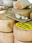 Italien, Piemont, Alessandria: Delikatessen Markt in der Altstadt - Pecorino Kaese   Italy, Piedmont, Alessandria: market at Old Town - Pecorino cheese