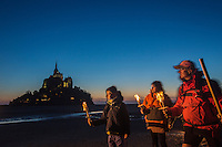 Europe/France/Normandie/Basse-Normandie/50/Manche: Baie du Mont Saint-Michel, classée Patrimoine Mondial de l'UNESCO, Le Mont Saint-Michel - Traversée de la Baie du Mont Saint-Michel de nuit, au flambeau avec  Olivier Ribeyrolles Guide de la Baie  - Auto N°:2013-121, 2013-122 // Europe/France/Normandie/Basse-Normandie/50/Manche: Bay of Mont Saint Michel, listed as World Heritage by UNESCO,  The Mont Saint-Michel  Crossing the Bay of Mont Saint-Michel with Olivier Ribeyrolles Guide Bay - Auto N°:2013-121, 2013-122