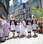 France, Brittany, Départements Finistère, Quimper: Cornouaille Festival - girls in traditional dress | Frankreich, Bretagne, Département Finistère, Quimper: Cornouaille-Fest, junge Frauen in traditioneller Tracht