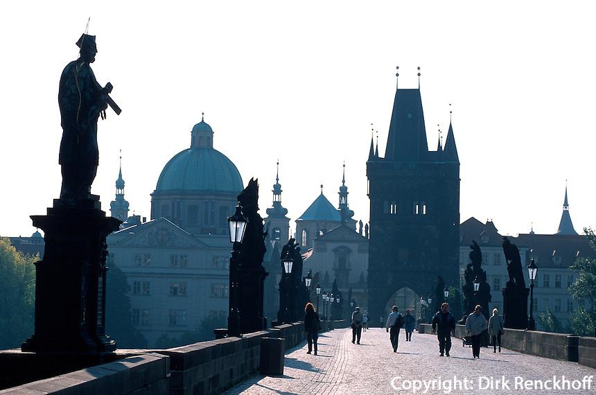 Karlsbrücke (Karlov Most), Blick auf die Altstadt, Prag, Tschechien, Unesco-Weltkulturerbe.