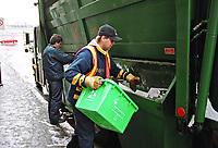 File PhotoMontreal (Qc) CANAD<br /> Curb side slective pick up for recycling in downtown Montreal<br /> Ceuillette Sélective pour le recyclage au centre-ville de Montréal<br /> Photo (c)  Pierre Roussel / Images Distribution