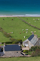 Europe/France/Normandie/Basse-Normandie/50/Manche/Cap de la Hague/Vauville: Maison et pâturages dans l'Anse de Vauville //  France, Manche, Cotentin, La Hague, Vauville: home and pastures near the Anse de Vauville