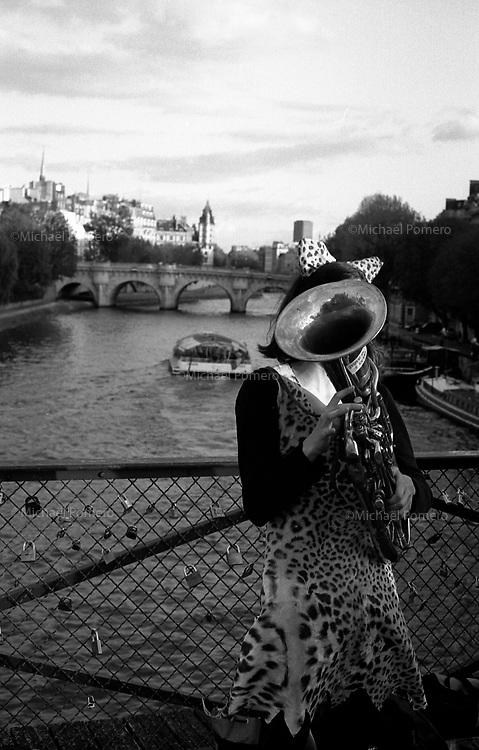 Paris (île de france)<br /> <br /> Femme sur le Pont des arts.<br /> <br /> Woman on bridge of arts.